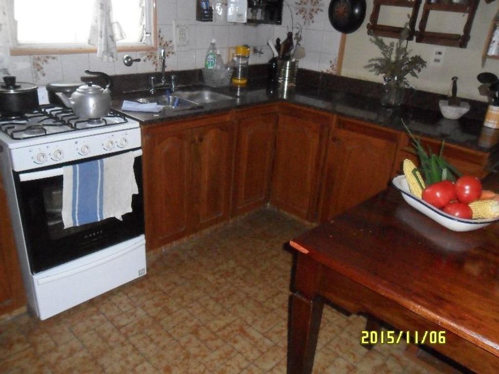 Casa Venta 17 e 510 y 511. 3 dormitorios, 2 baños, living comedor, patio, garage. Entre caminos