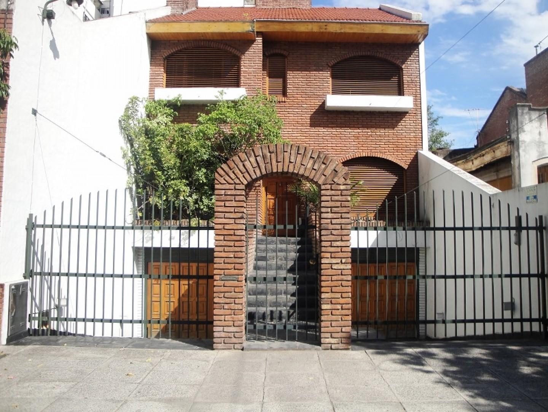 casa sobre lote 7,80 x 33 mts con amplio jardín