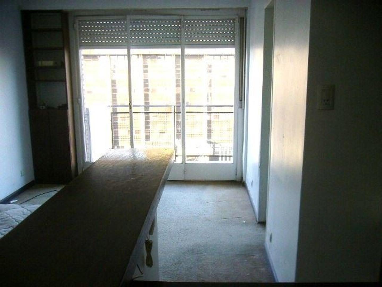 Departamento de un ambiente con baño completo, balcón, vista abierta.