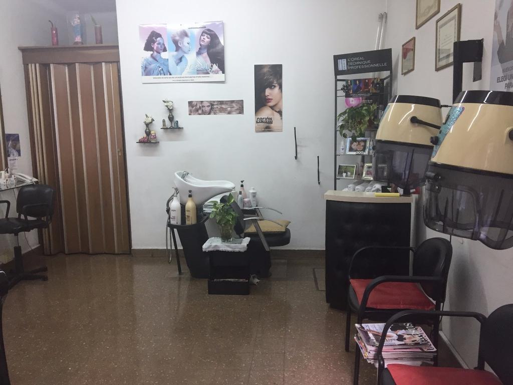 Local en alquiler en excelente ubicacion. 4 mts de vidriera. Actualmente funciona peluqueria.