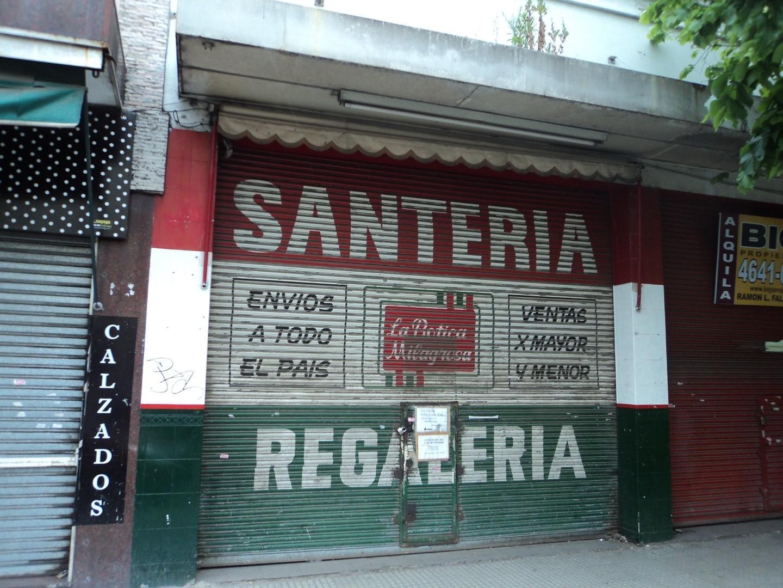 Local frente a San Cayetano, zona muy comercial.