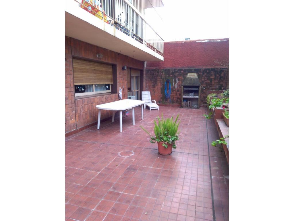 5 ambientes en primer piso de 130 mts con patio impecable de aprox. 70 mts-y cochera