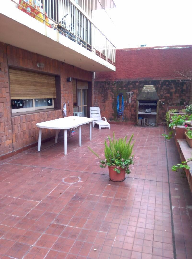 5 ambientes en primer piso de 130 mts con patio impecable de aprox. 70 mts-y( cochera a conversar)