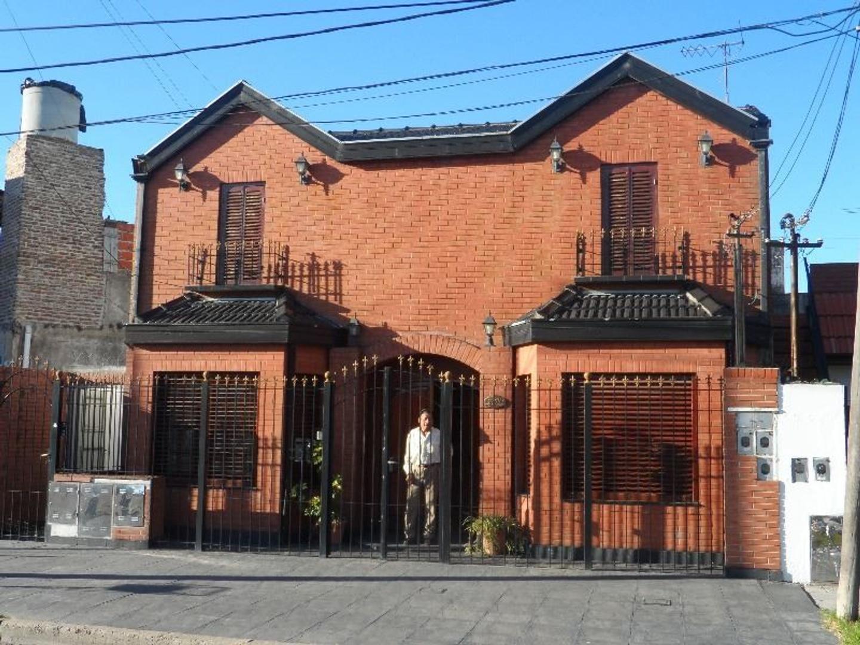 Casa 3 dormitorios, mas 2 deptos de 2 ambientes con terraza