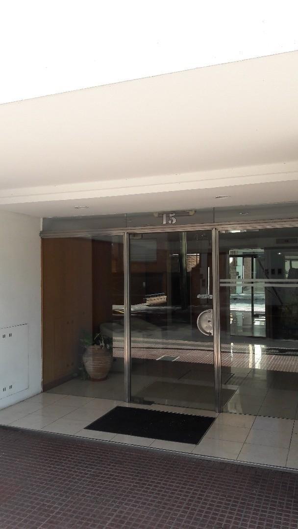 Depto. de 3 ambientes + dep. de servicio de 90 m2 en 8° piso con gran vista y ubicación!