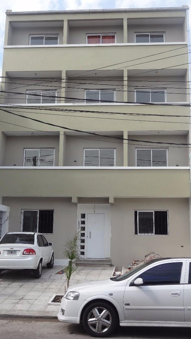 Departamento 2 ambientes en tercer piso, al frente, por escalera en excelentes condiciones!