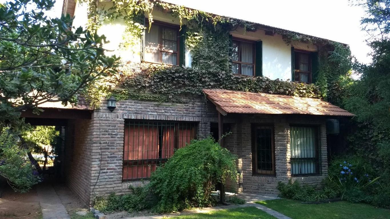 Casa de tres dormitorios con pileta y quincho en muy linda cuadra de Fisherton