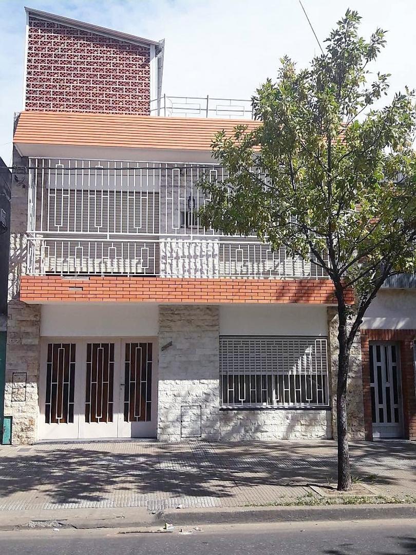 CASA EN ECHESORTU DE 3 (TRES) DORMITORIOS - DOS PLANTAS - GARAGE - QUINCHO