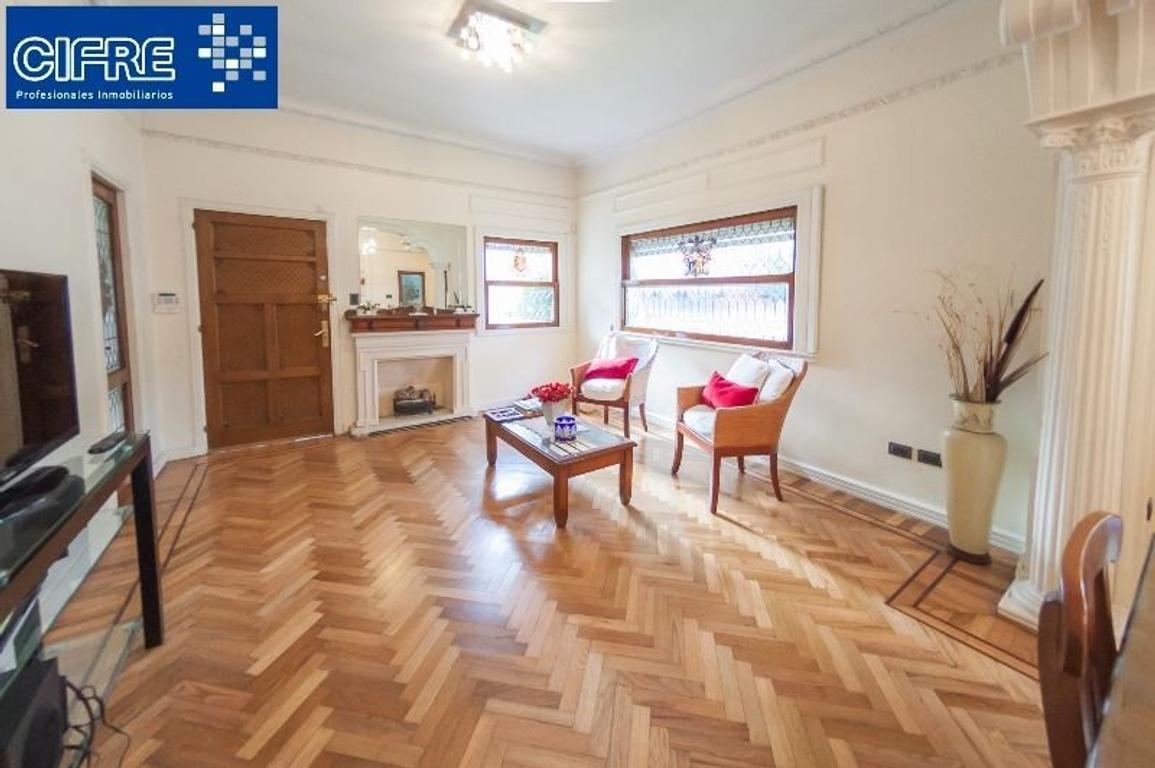 Exc Casa en 2 plantas estilo Andaluz c/ gge para 2 autos, patio, tza y Qcho(Suc. Devoto 4504-4444 )