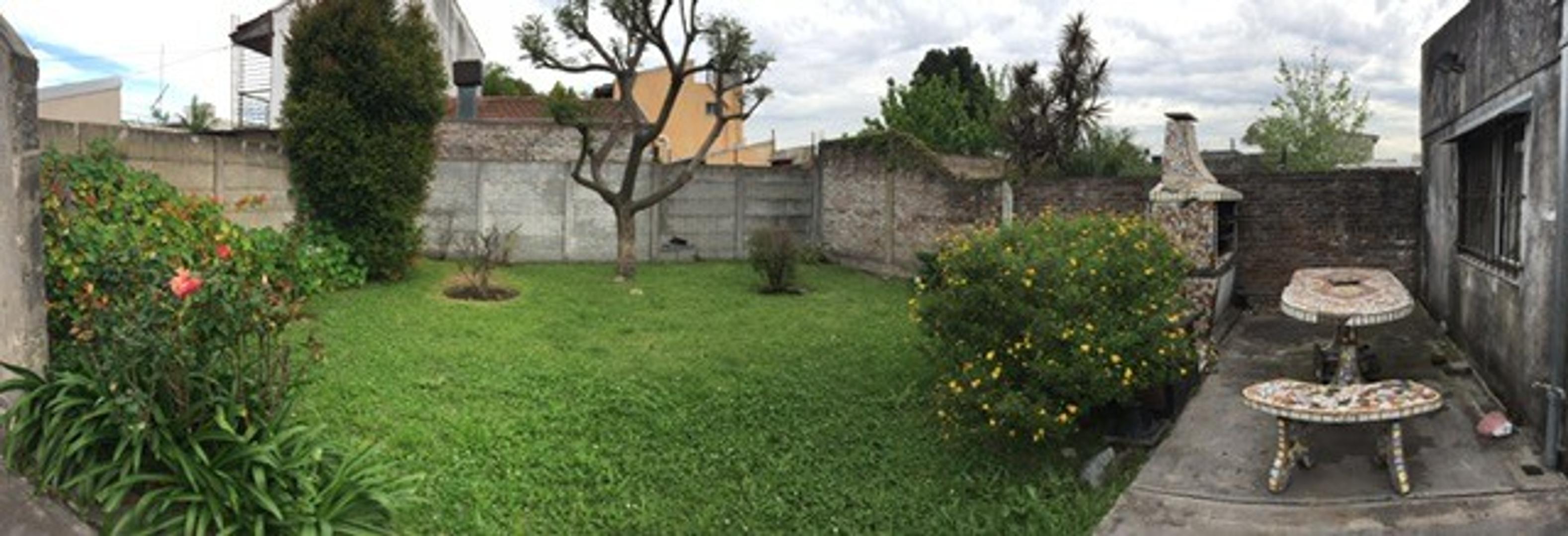 Casa de 3 ambientes c/patio, garage, quincho y jardín - J. C. Varela al 100, Quilmes Este