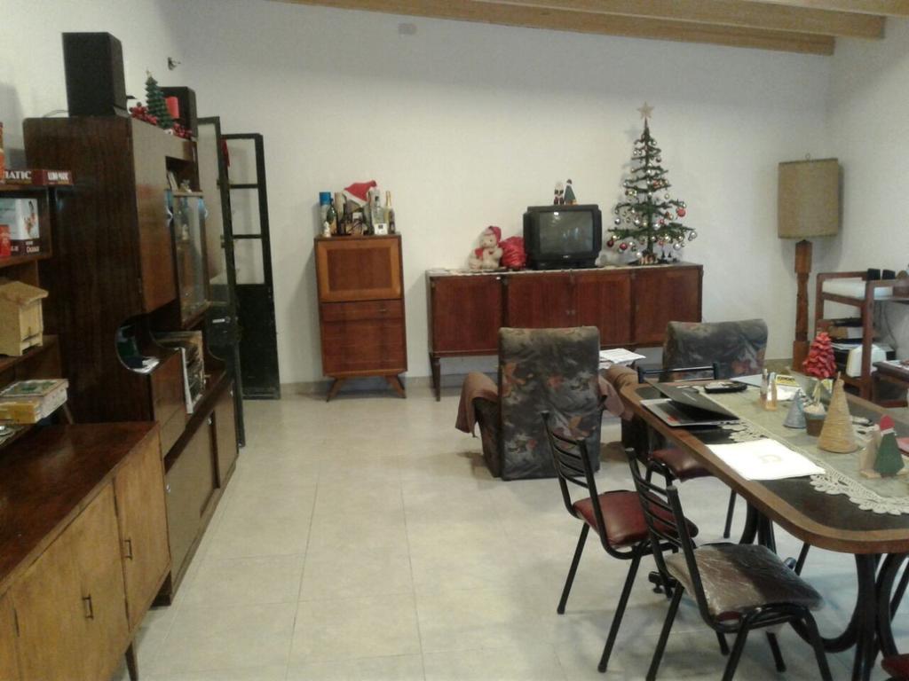 CASA MULTIFAMILIAR CON AMPLIO LOCAL AL FTE, 300M2 CUBIERTOS EN TRES PLANTAS / TOMA PROP P/DE PAGO