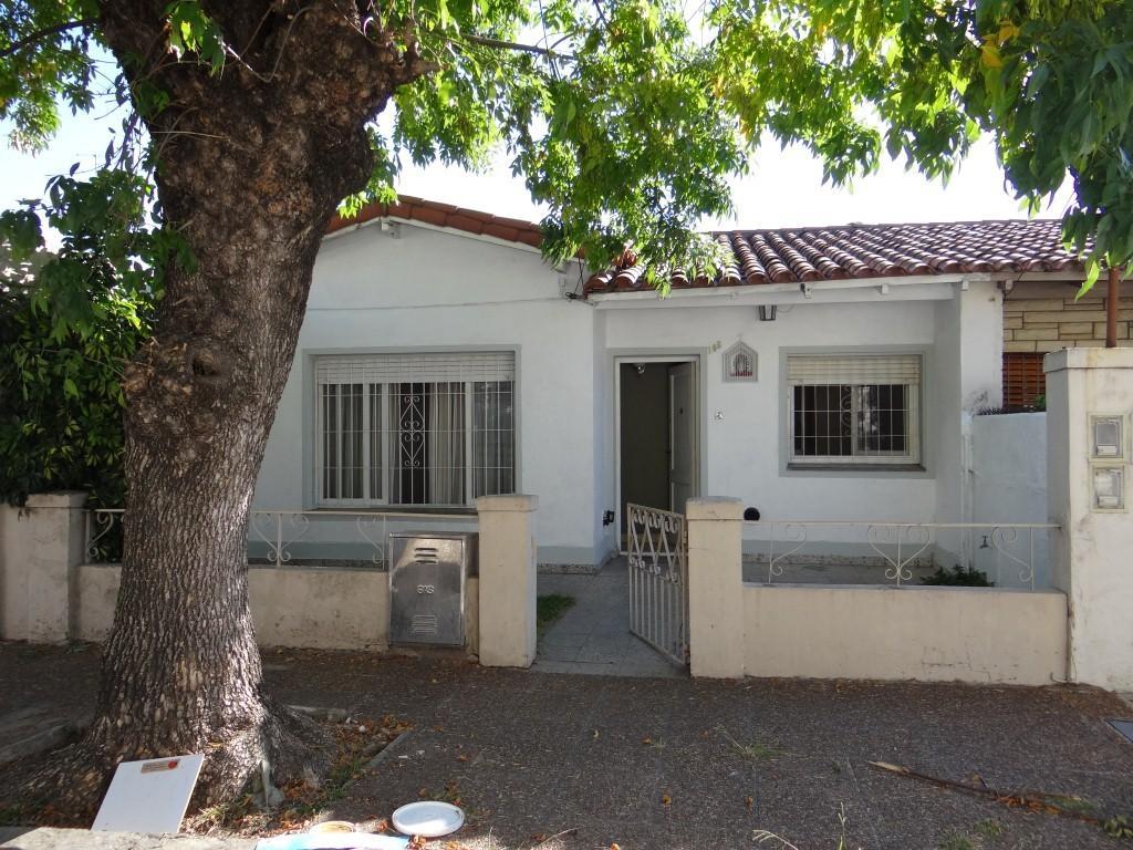 Muy Buena casa 4 ambientes con jardin al frente y patio con parrilla al fondo.