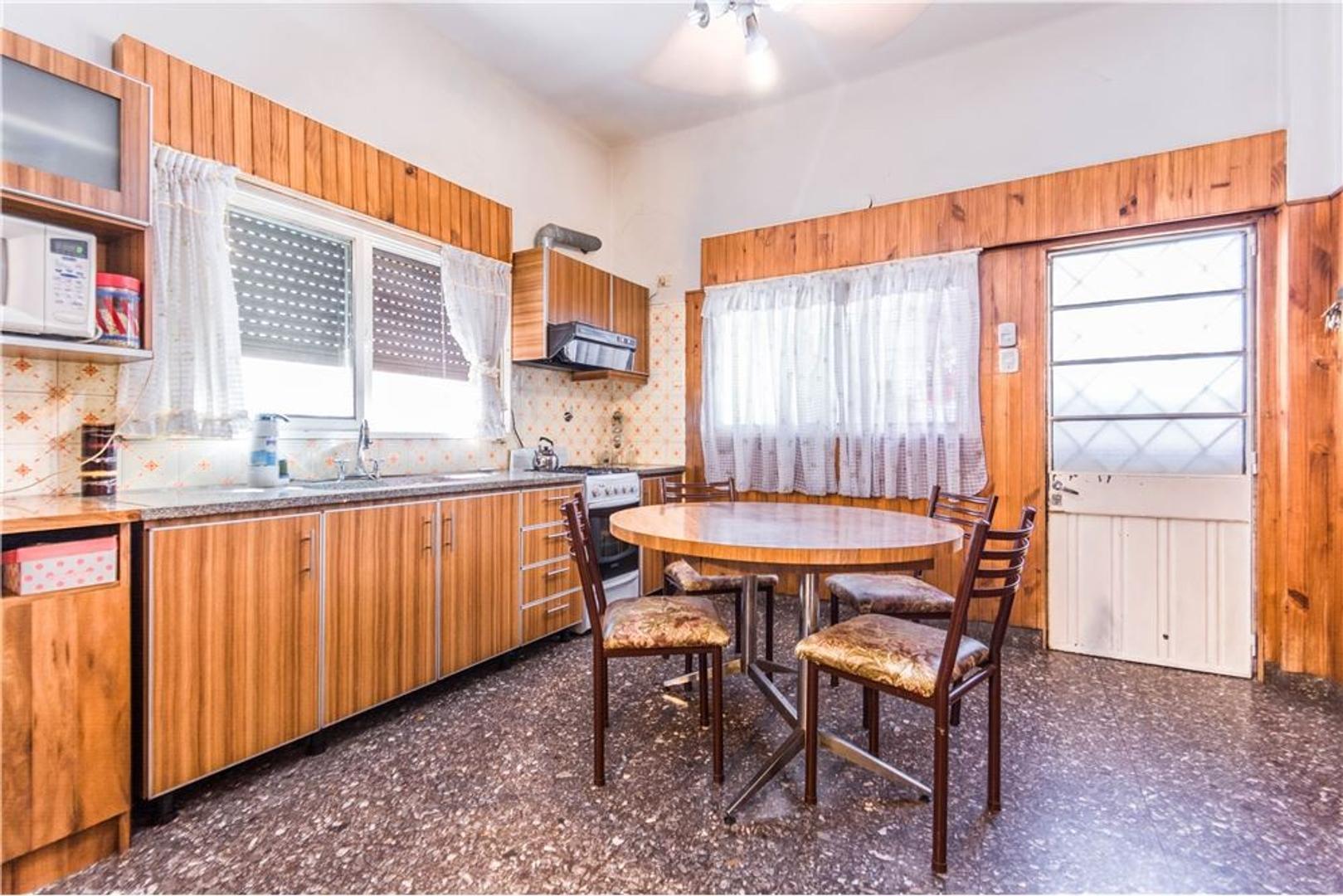 Casa de 4 ambientes con garage, patio y terraza