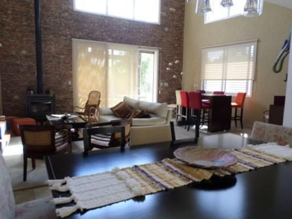Moderna casa de 5 ambientes, 4 baños, parque y pileta, impecable!! excelente calidad constructiva