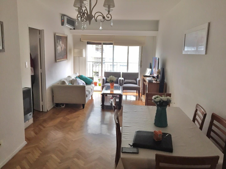 Departamento de 3 ambientes al frente con balcon corrido. 2 dormitorios con placard. Luminoso!