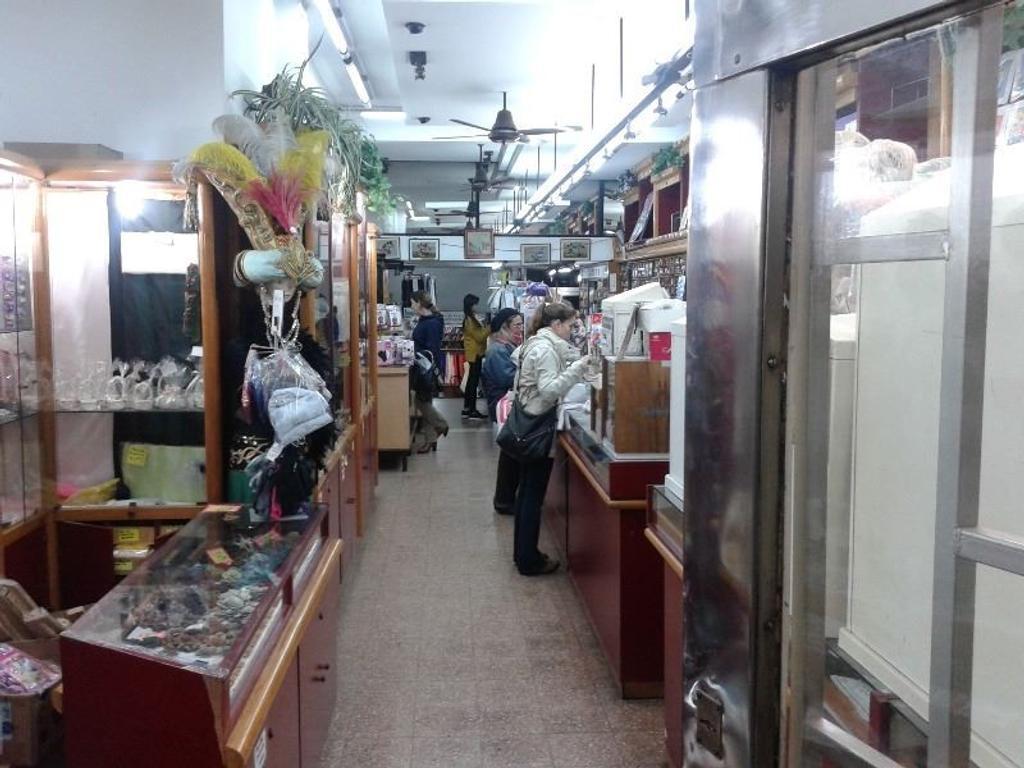 Venta local comercial sobre Alvear en pleno centro comercial de Martinez