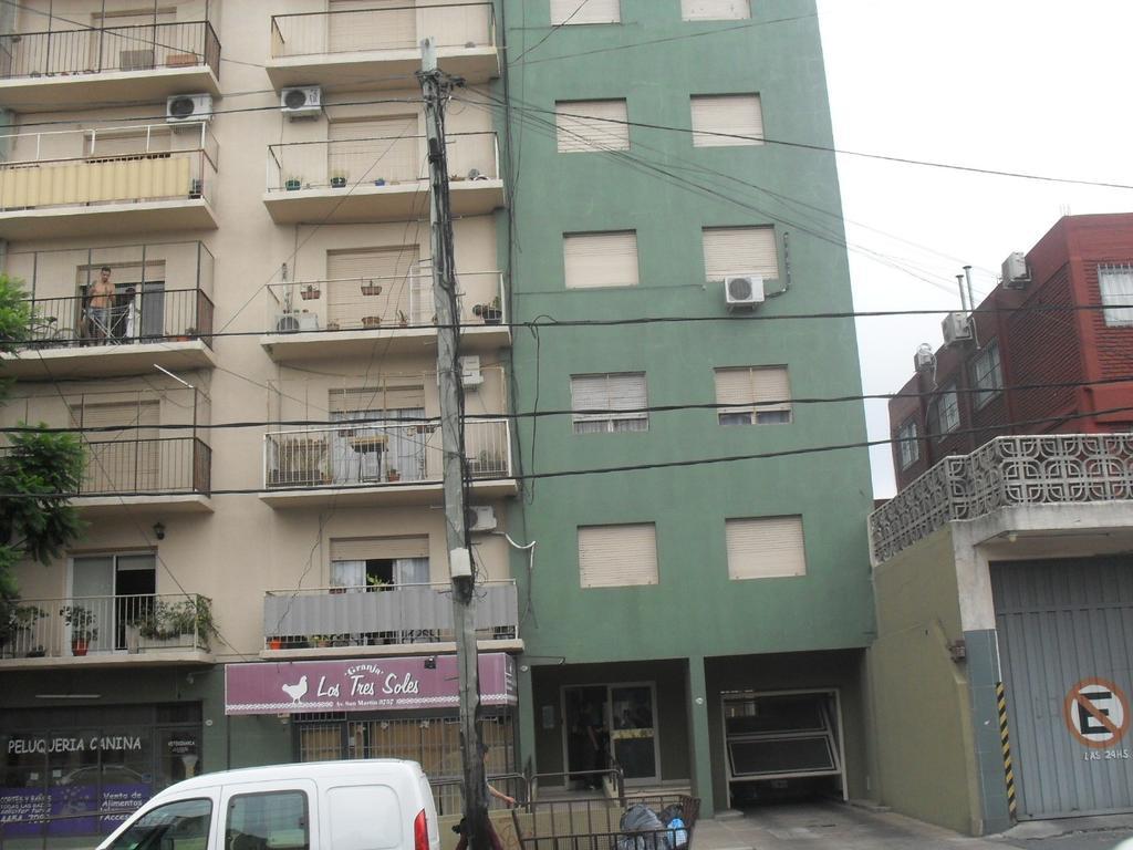 3 ambientes al contrafrente con balcón y espacio guardacoche descubierto