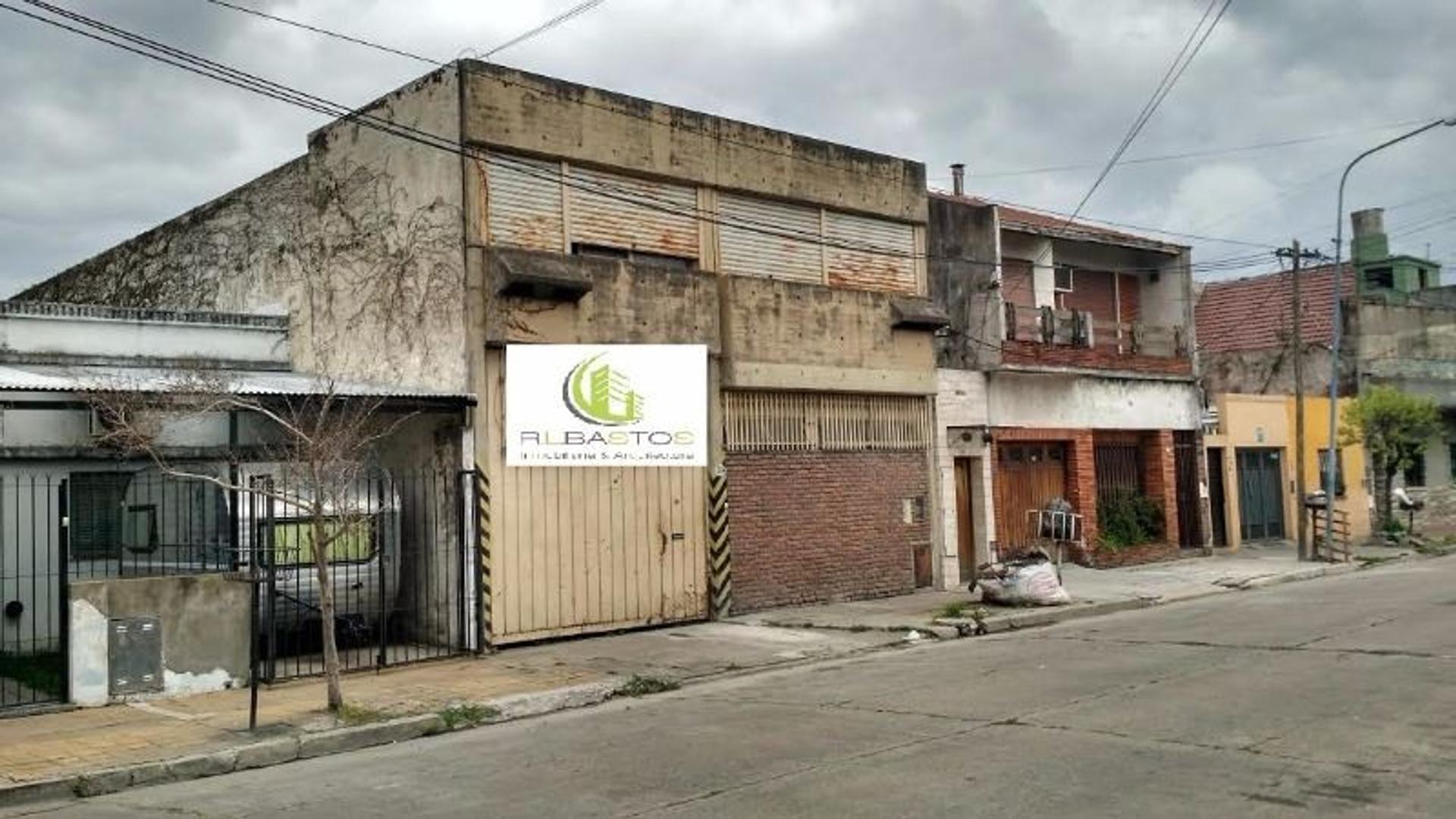 GALPON DE APROVECHABLES DIMENSIONES EN MUY BUENA UBICACION.