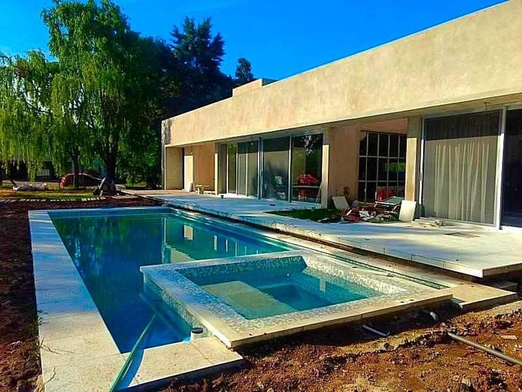 Casa en venta a ESTRENAR, 1562 mts  Quincho, Parrilla, Habitación en suite
