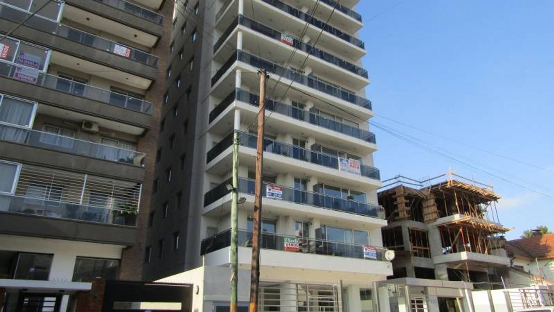 Excelente cuatro ambientes en Edificio de Categoría en el centro de Quilmes!!