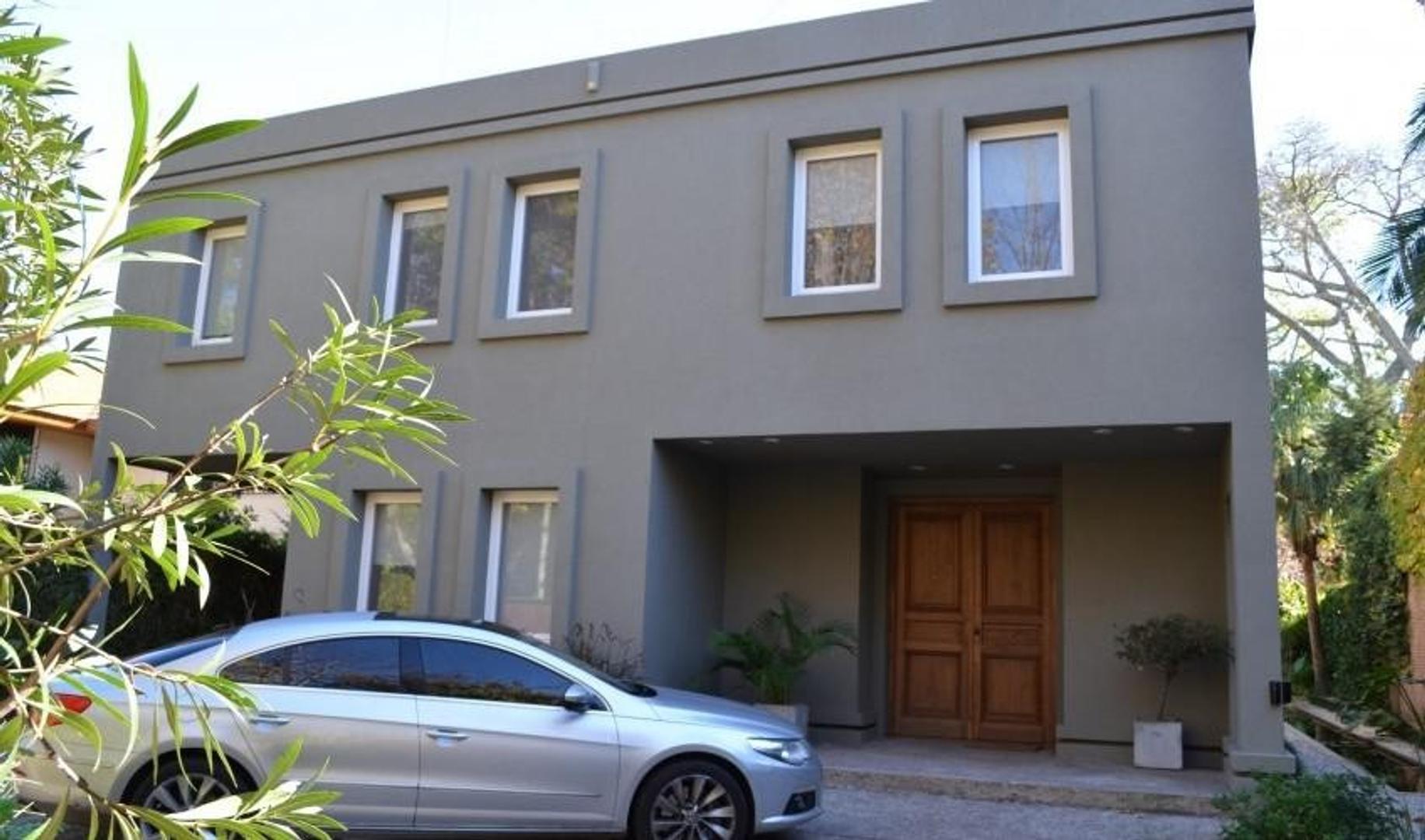 Excelente casa minimalista en Barrio Parque Aguirre.