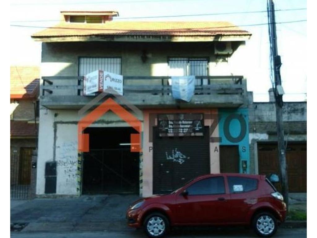 Casa para dos familias con galpón y local -  Lanús