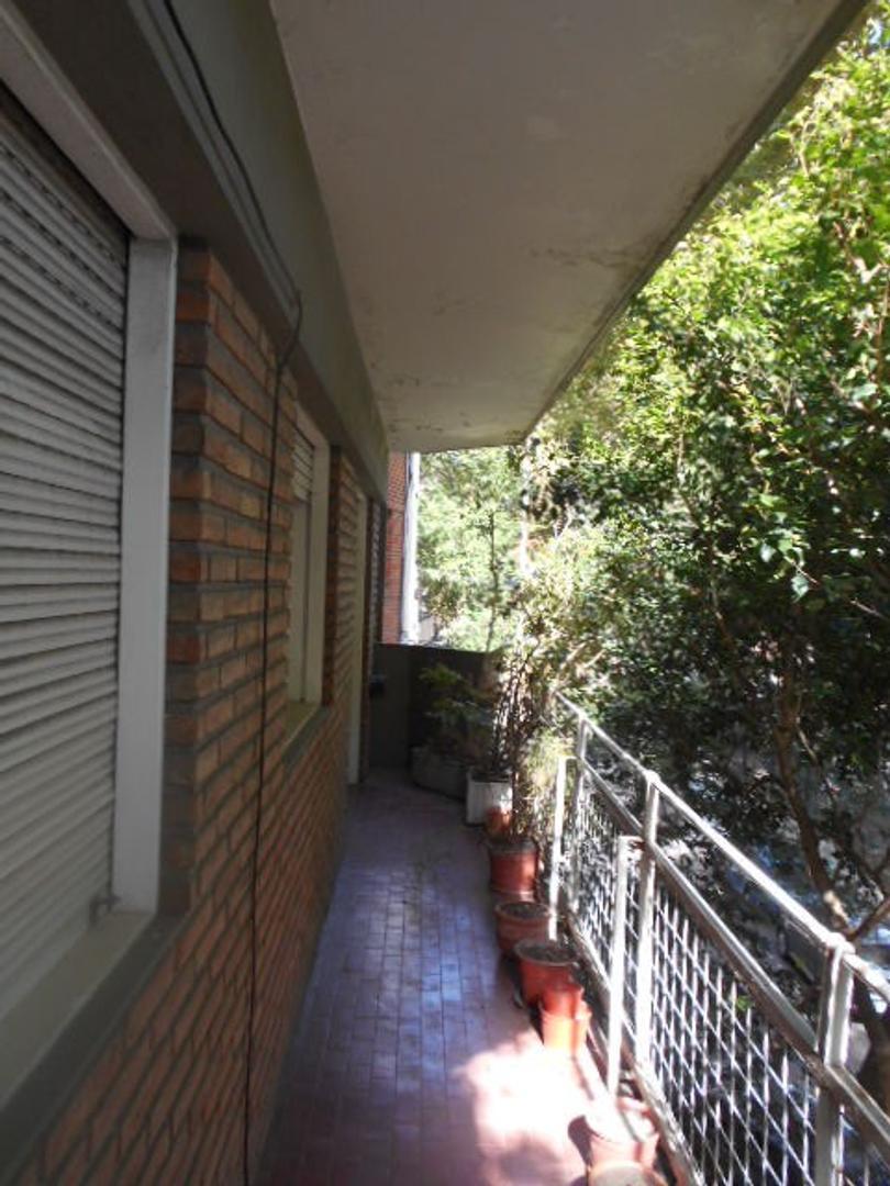 Excelente 4 Amb. 2 Baños coc. comedor  Lavadero -  Balcon Corrido al Frente   74 m2