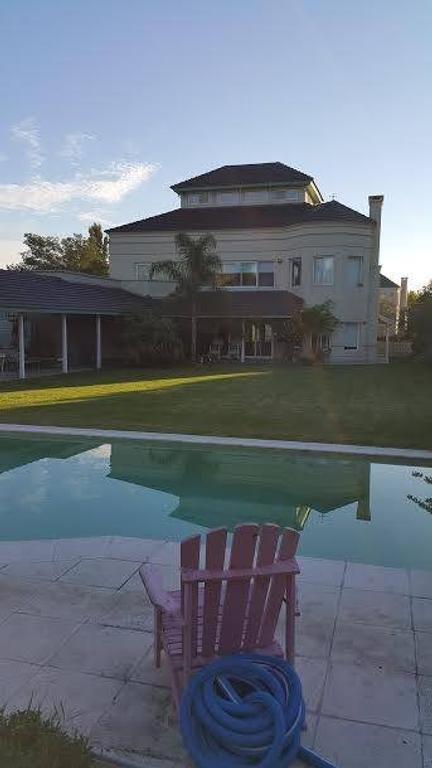 Retasado Country Septiembre, Escobar. 475 m2. 4 dorm. 2 Suites. Pileta. Parque 1350 m2.