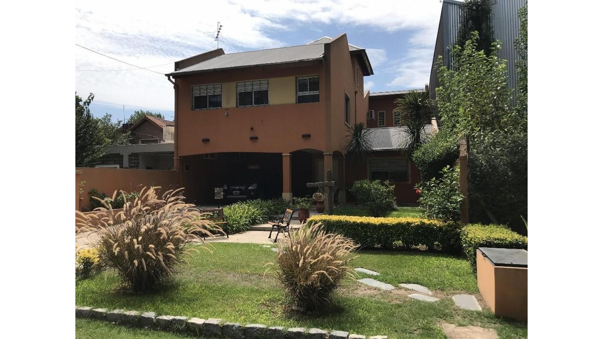 Excelente casa en venta en B° C° Parque Pero. 4 dormitorios, hermoso quincho, piscina.