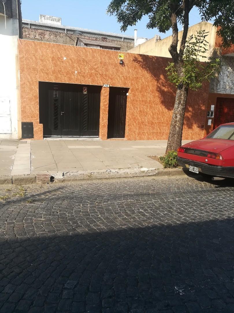 casa 3 ambientes con entrada de coche , patio y terraza
