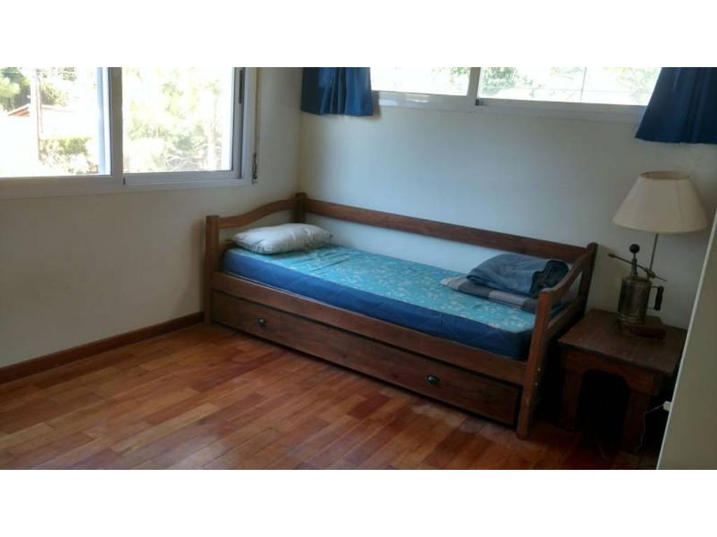 Casa en 2 plantas de 3 dormitorios con jardín, piscina y parillero