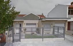 CASA 4 AMB.- S/ LOTE DE 12 X 30 - BARRIO DON BOSCO - MODERNIZAD HACE 10 AÑOS - NO APTA CRÉDITO BANCA
