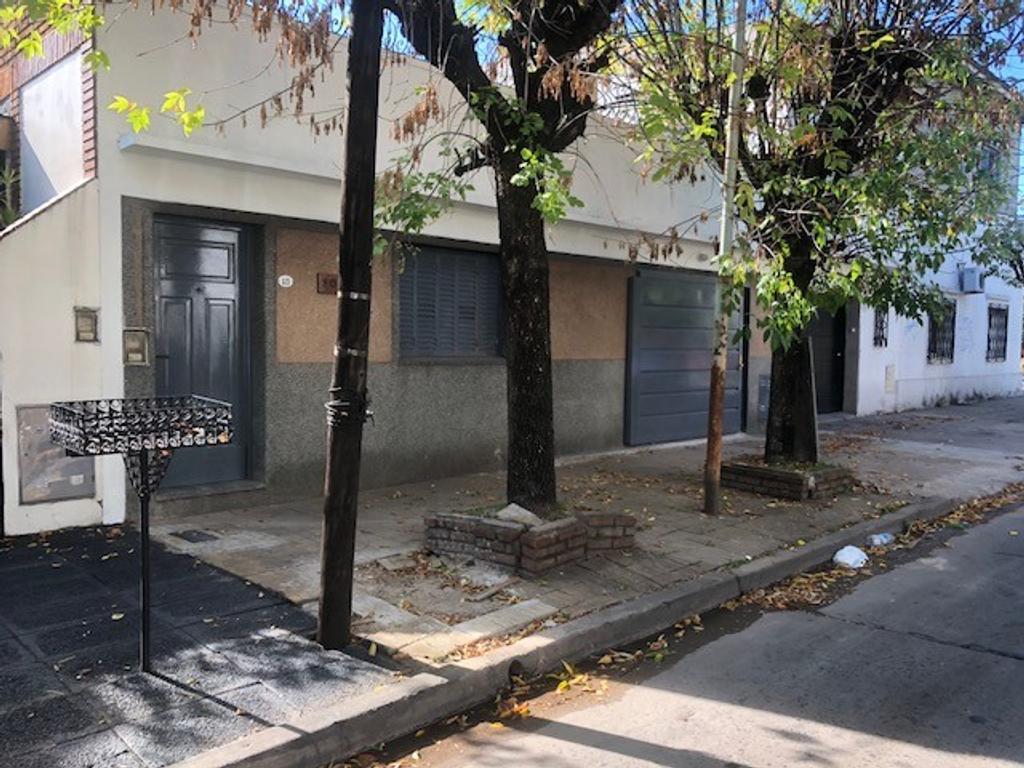 TIPO CASA AL FRENTE DE 3 AMB CON PATIO Y GARAGE..IMPECABLE....