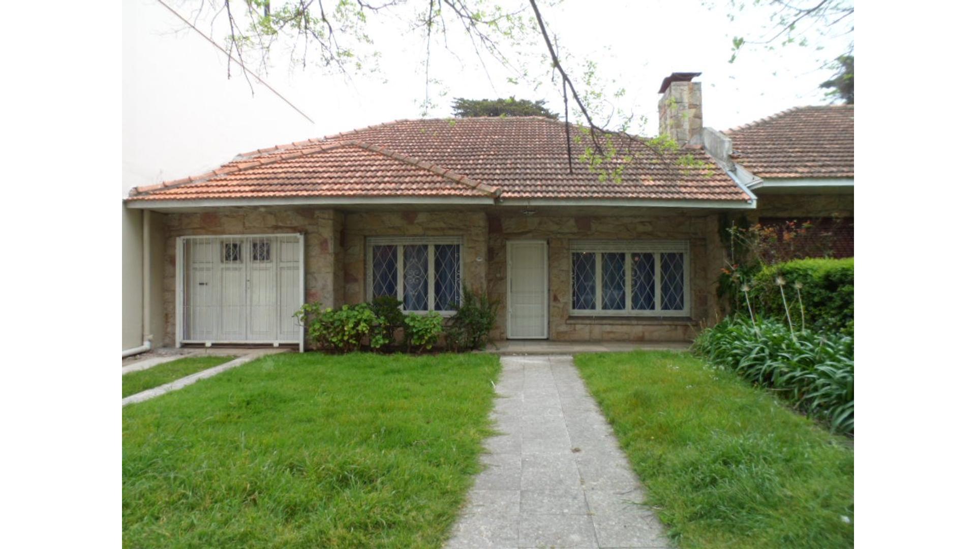 Chalet de 4 ambientes con garage, parque al fondo y jardín al frente
