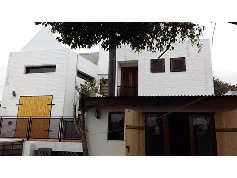 casa amplia 2 dormitorios con pileta , quincho, parrilla, cochera.  523 10 y 11 tolosa