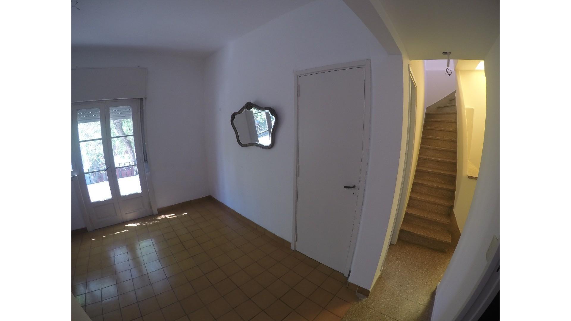 DUEÑO DIRECTO Excelente PH al frente en 1° piso por escalera, totalmente independiente sin expensas.