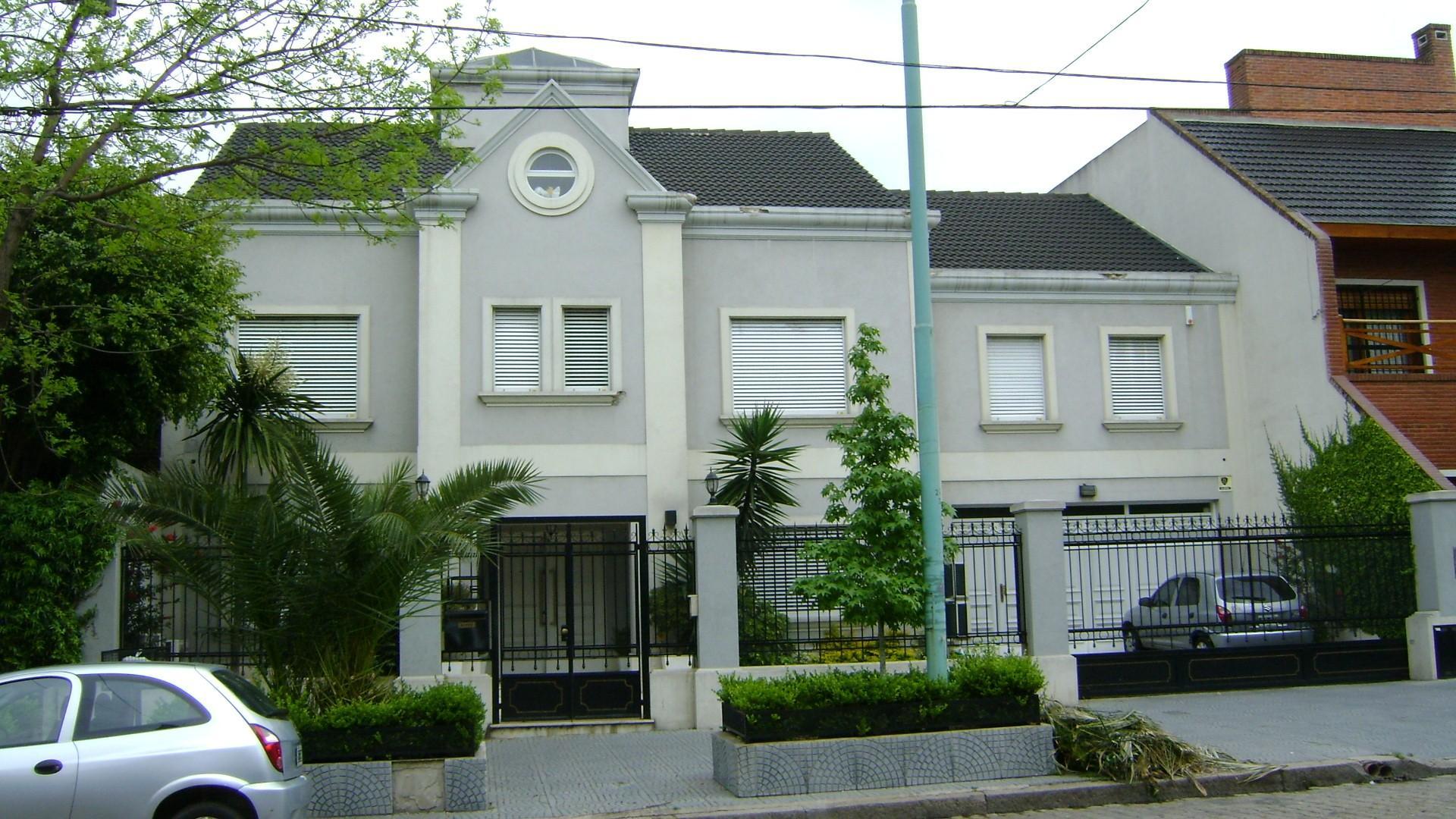 Casa en Venta 5 dormitorios-master suite-picina-parque-garage 4 autos-doble frente