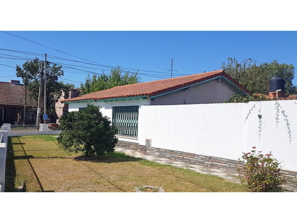 SOBRE TERRENO DE 560 m2 IMPORTANTE CHALET de 278 m2 y DEPTO 3 AMB  BUENA UBICACIÓN BARRIO SADOP !!