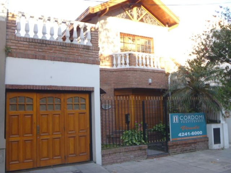 oderno Chalet de 5 ambientes en 2 Plantas con Garaje para 2 autos -Quincho y Fondo libre-