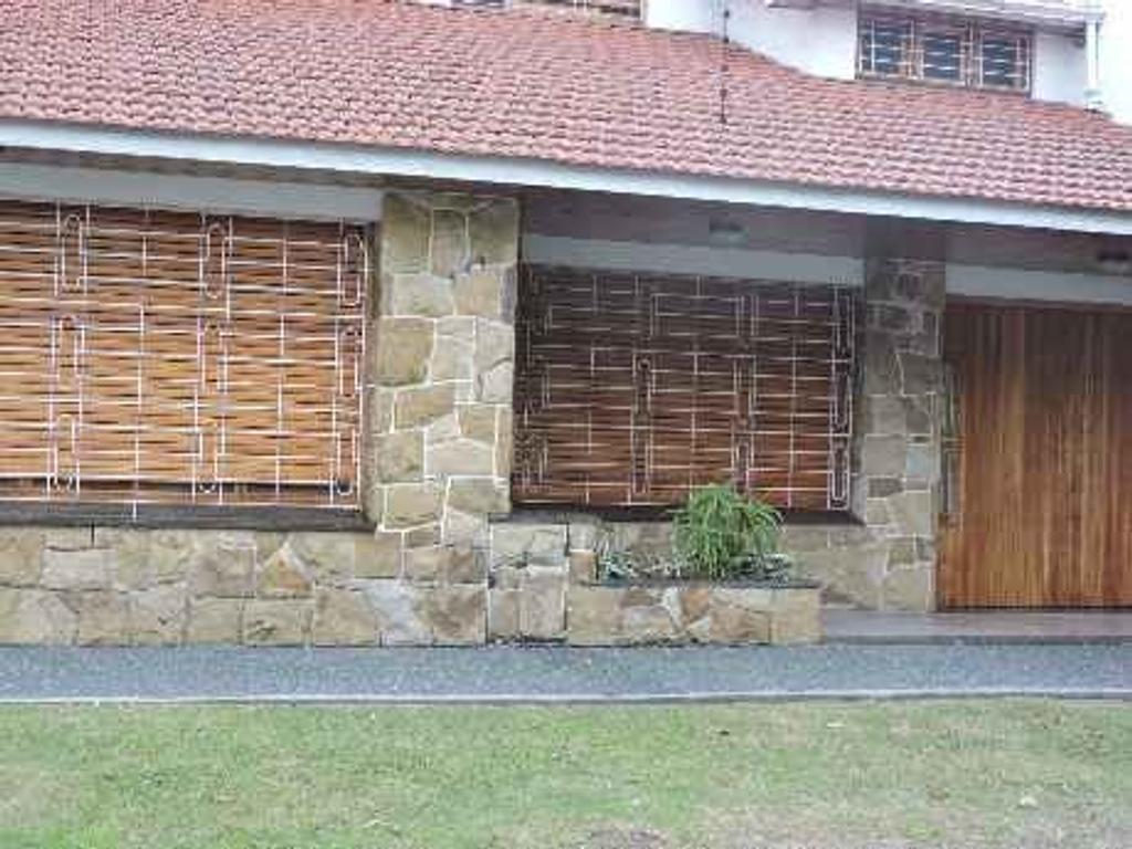 Venta de casa de 5 ambientes en zona com/res de Bernal Centro
