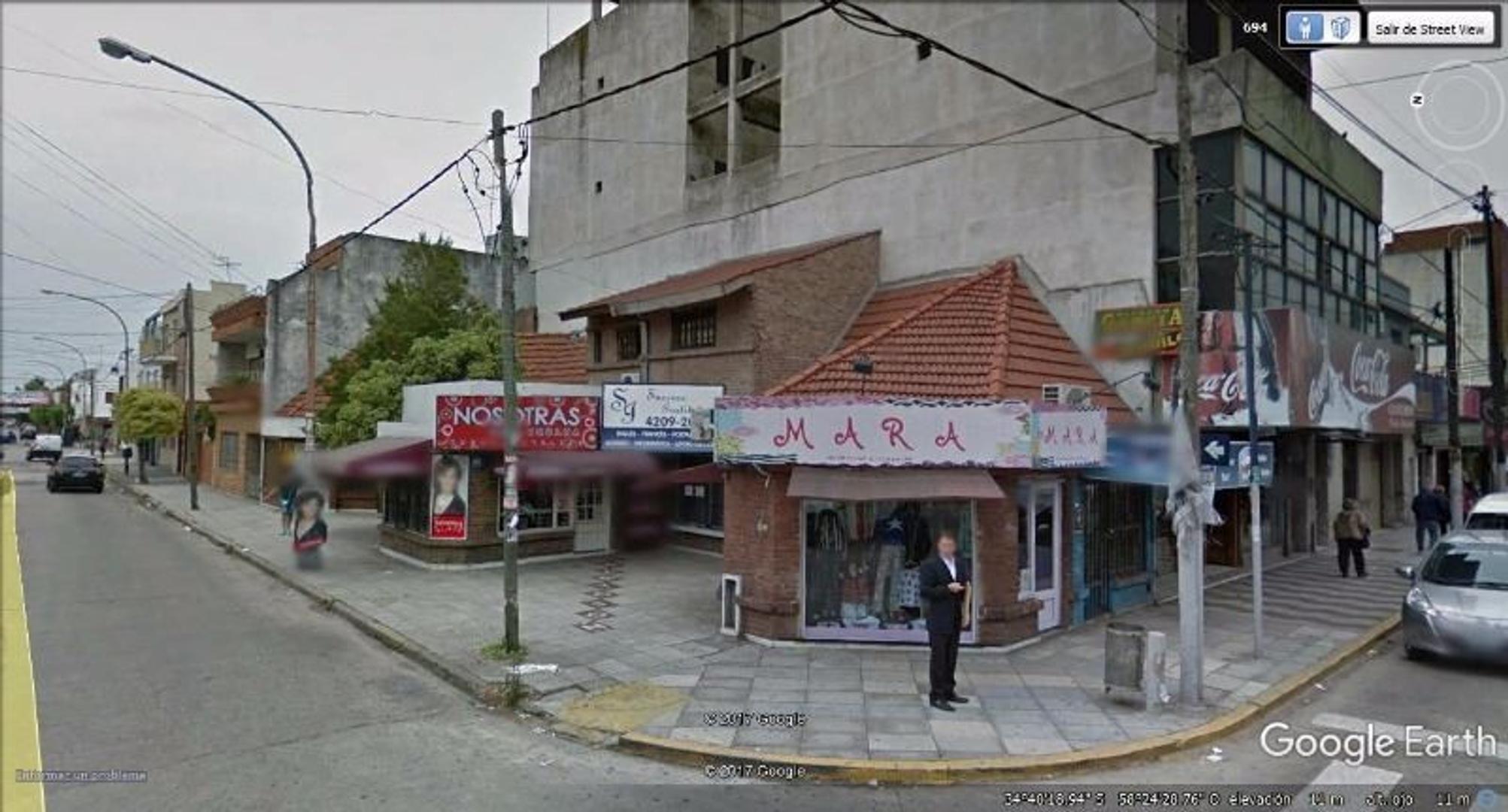 SON 2 LOCALES UNIDOS EN PASEO DE COMPRAS.