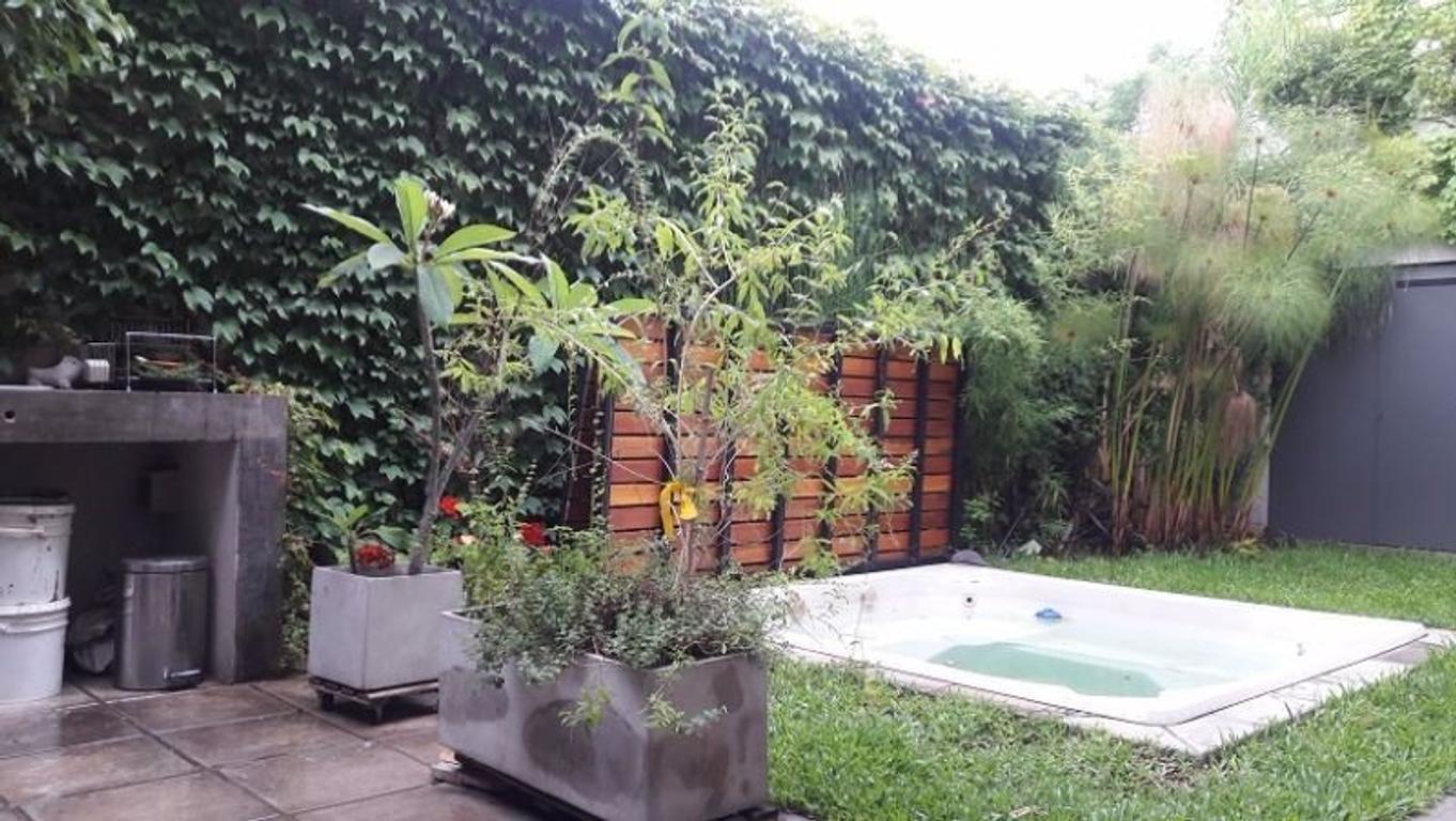 Hermoso dpto. en PB con amplio  jardín , jacuzzi y cochera cub. en Villa Sarmiento.ESCUCHA OFERTAS!!
