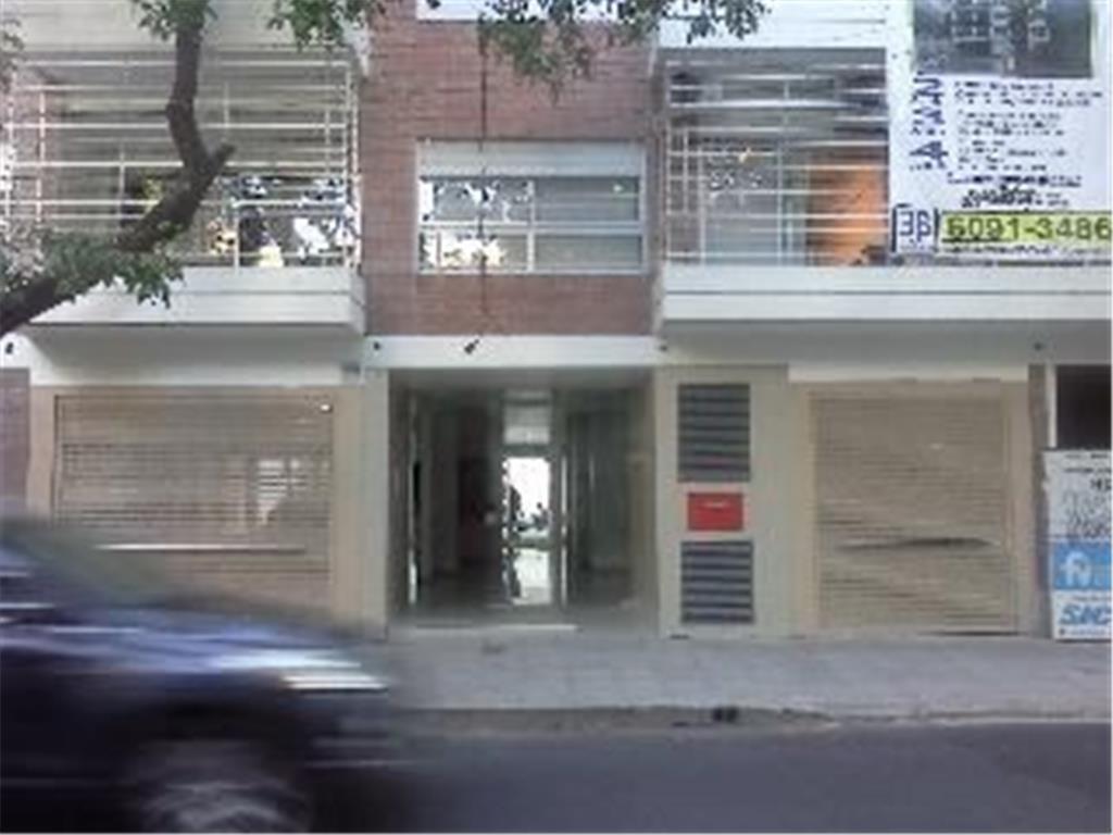 Oficina de recepción y tres despachos, edificio con piscina y seguridad.
