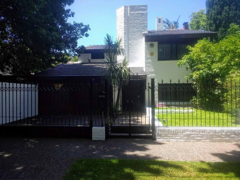 Excelente Chalet en Eclusiva zona Residencial. 4 dormitorios, fondo libre, piscina, quincho