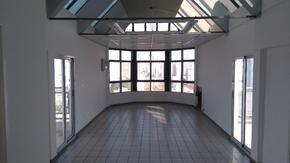 Extraordinaria oficina en último piso con dos balcones terraza con vista a todo lomas