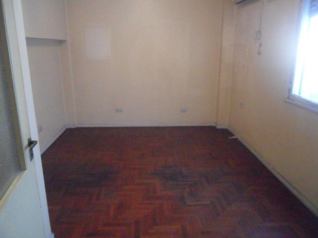 Oficina en pleno centro de Lanus Oeste. Baños compartidos en pasillo. Pisos de parquet