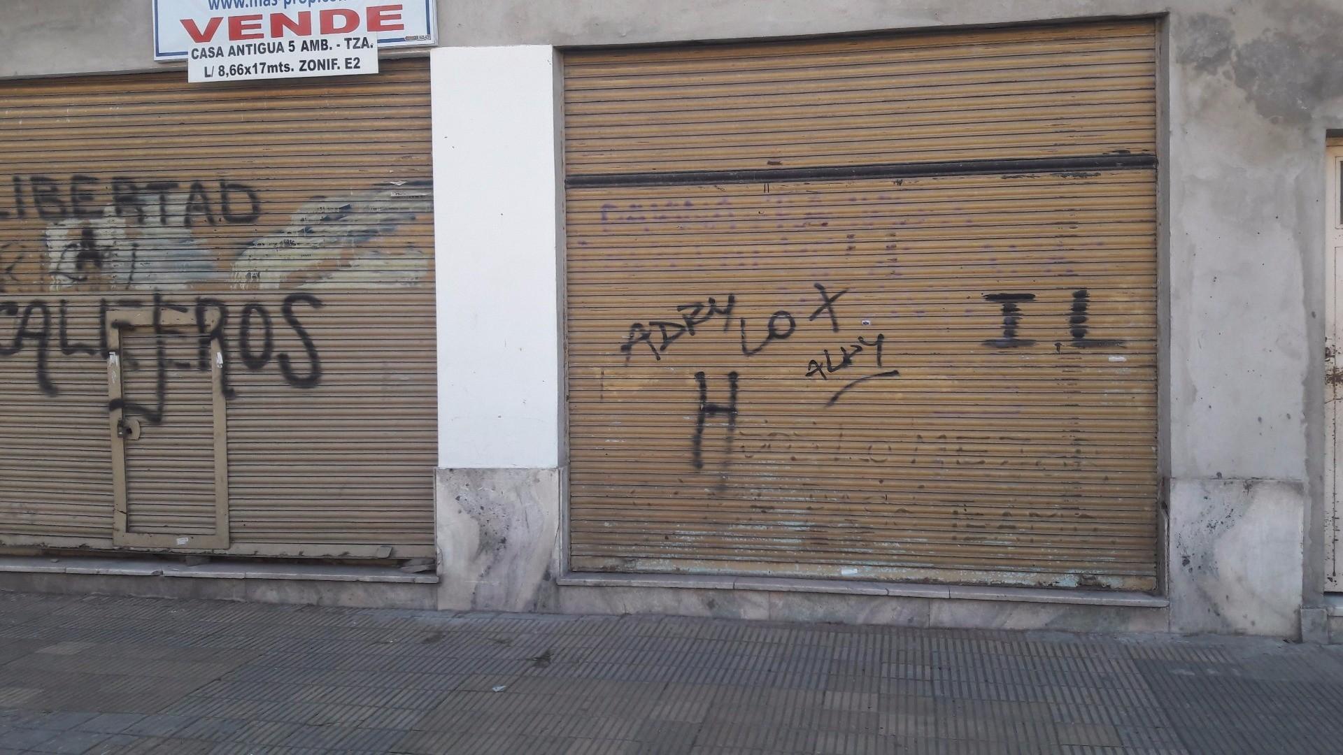 VENTA DE CASA ANTIGUA CON DOS LOCALES Y TERRAZA EN MATADEROS