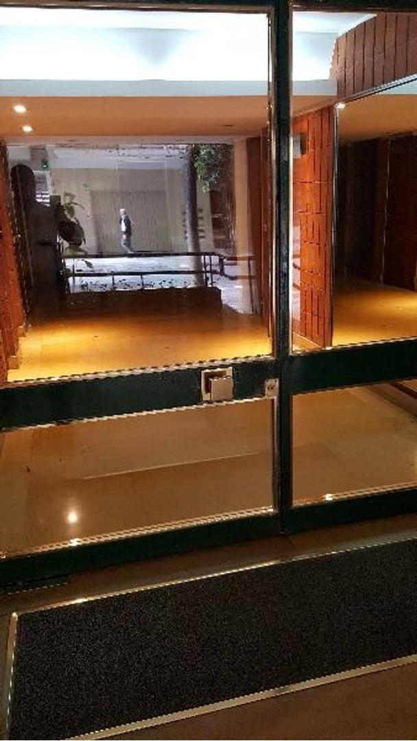 3 amb. baño toilette COCHERA, living en L, contrafrente, balcón francés