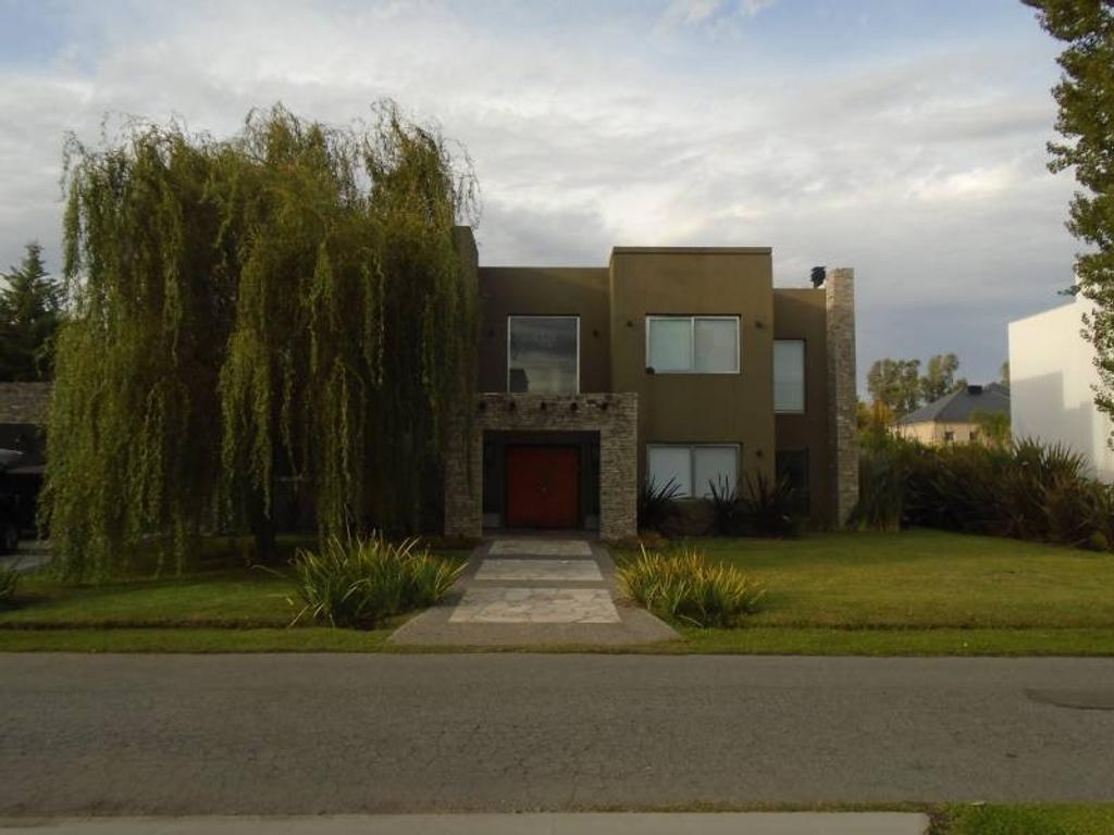 Espectacular casa en Venta en Campos de Alvarez. Imperdible