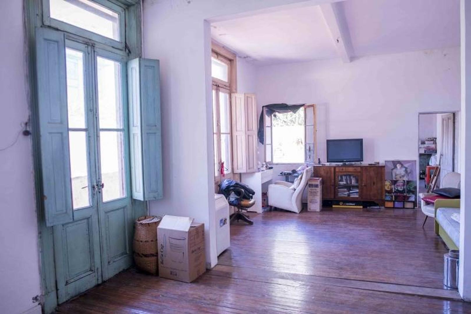 OPORTUNIDAD !!! Se Vende Casa 6 ambientes con patio interno en dos plantas. APTO CREDITO !!